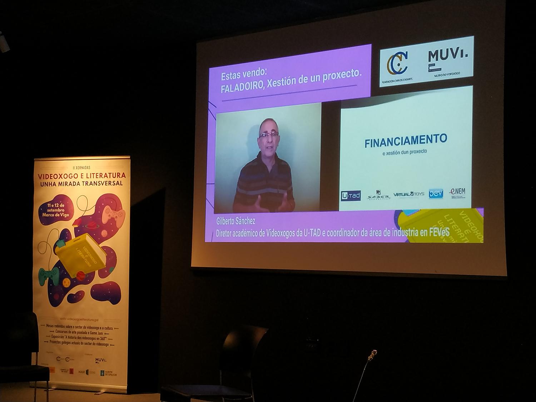 Proyección de charla online en un proyector